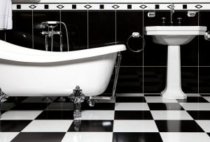 Tips for choosing a bathroom tile, black and white tiles combined with a nostalgic freestanding bathtub