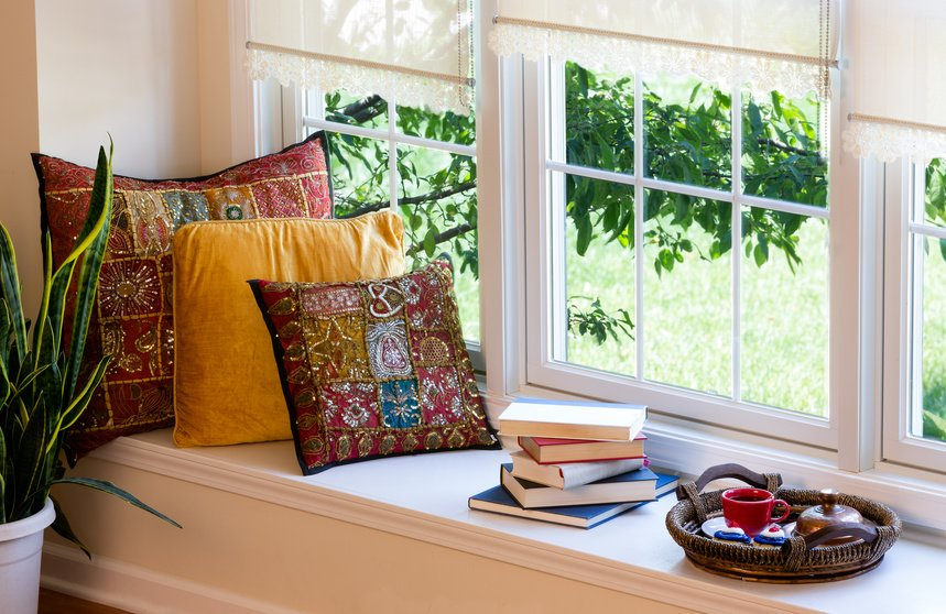 sellimg tipps: nice windows sills and a perfect view decorated with cushions